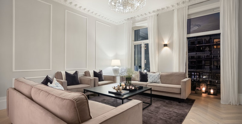 De vakre, klassiske detaljene som skaper sjel og sjarm i boligen gir en nydelig kontrast til de moderne og tidsriktige materialvalgene.