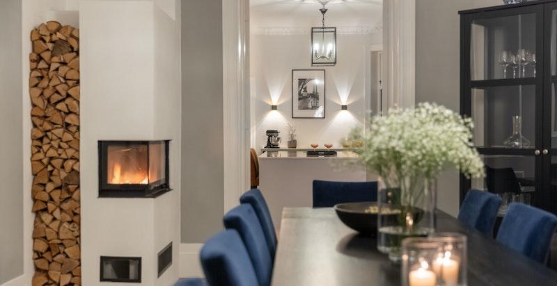Peisinnsatsen i spisestuen var ny i 2020 - her kan du nyte et ildsted i alle boligens oppholdsrom.