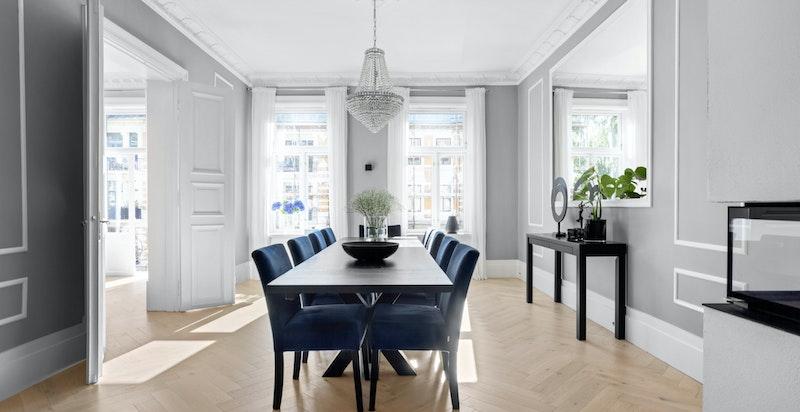 De store vinduene er gjennomgående i hele leiligheten, og slipper inn rikelig med naturlig sollys i alle rom.