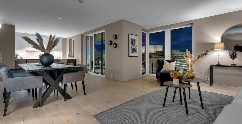Stuen har gode møbleringsmuligheter med plass til spisestue og sofagruppe.