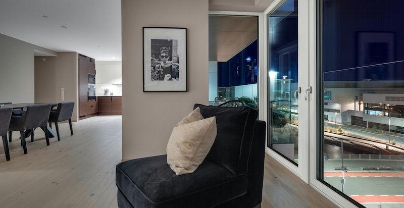 Stuen har store vindusflater som bidrar til en god atmosfære.