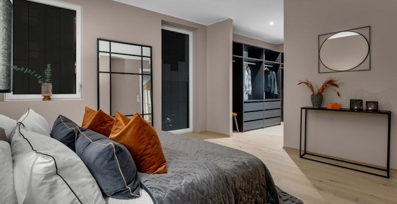 Hovedsoverommet gir en lukseriøs suite-følelse med tilhørende dusjbad og walk-in-garderobe.
