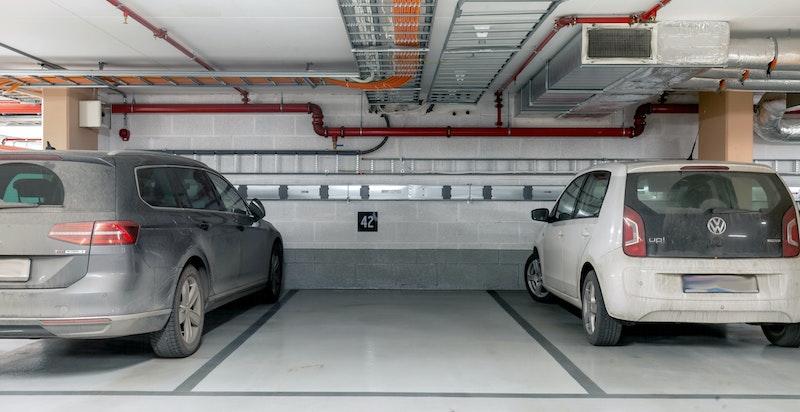 Det er mulighet til å kjøpe garasjeplass i underliggende garasjeanlegg.