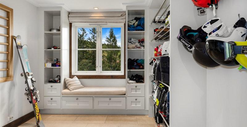 Stor garderobe med mye lagringsplass