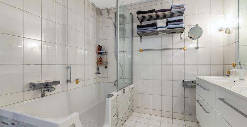 Badet har step-in badekar