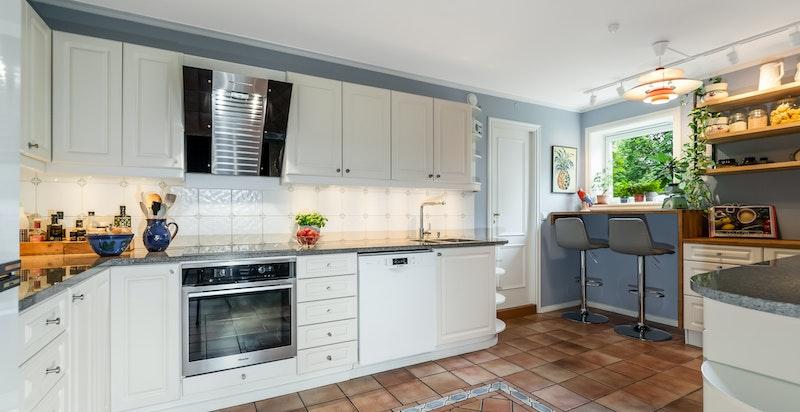 Flott kjøkken med god skap-/benkeplass og tilknyttet vaskerom
