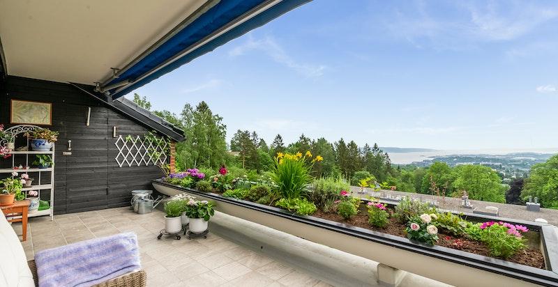 Fra terrasse mot sydvest med unik utsikt!
