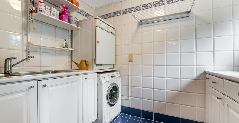 Fra vaskerommet med god skapplass og vindu