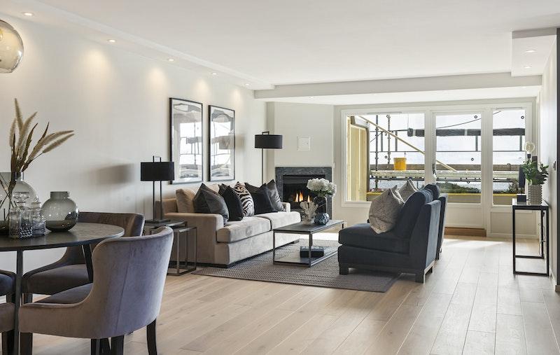 Meget stor stue med god plass til spisegruppe og sofagruppe. LED-spotter m/dimmer i himling.