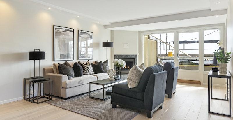 Moderne enstavs eikegulv av god kvalitet. Ellers en gjennomgående presis finish i leiligheten.