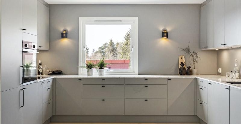 Hjørne-/endeleilighet med vinduer på 3 sider. Meget fine lysforhold hele året.