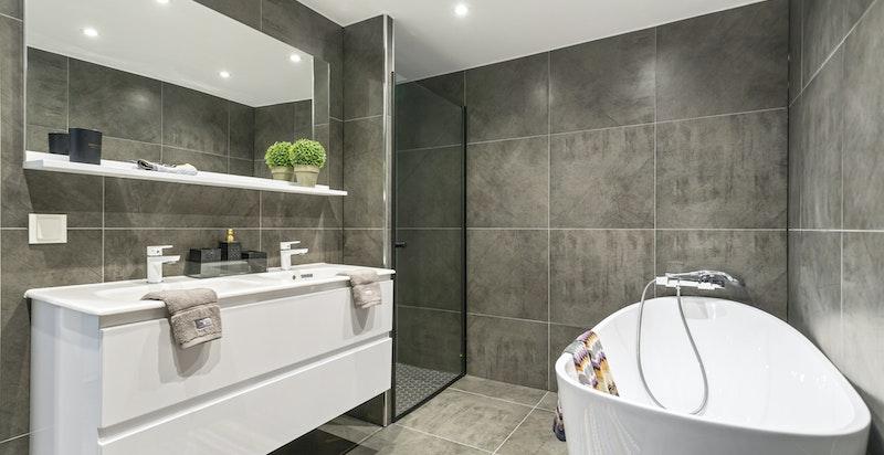 Både en romelig dusjsone og badekar. LED-spotter, dobbelservant, varmekabler.