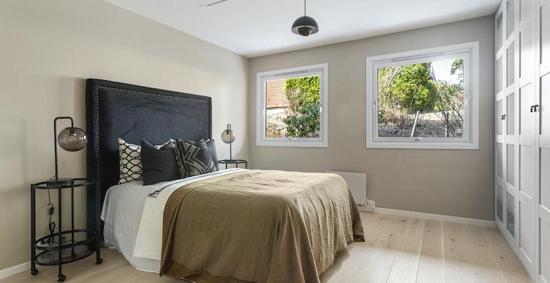 Meget god størrelse på master soverom. Usjenert og med integrerte garderober.