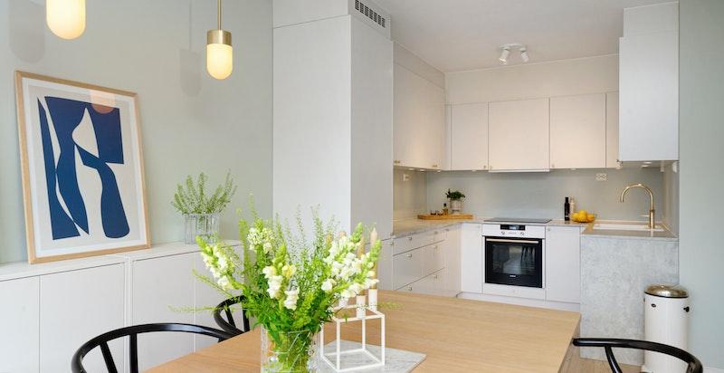 Eget kjøkkenhjørne med U-form gir en egen kjøkkenavdeling med god skapplass og benkeplass