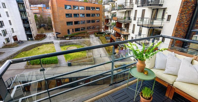 Balkongen har god beliggenhet med god avstand til nærmeste naboer. Rolig og tilbaketrukket.