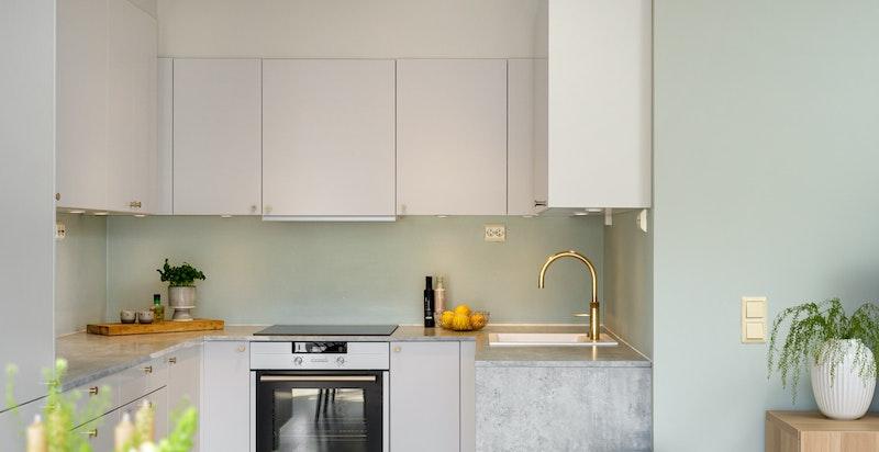 Lekkert Sigdalkjøkken fra 2017 med integrerte hvitevarer og induksjon kokeplate. Egen kran (Quooker) med mulighet for direkte kokende vann