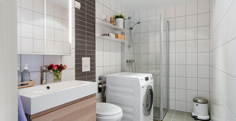 Lekkert bad fra byggeår med oppgradert servantinnredning fra 2018. Vannbåren gulvvarme inkludert i felleskostnadene.