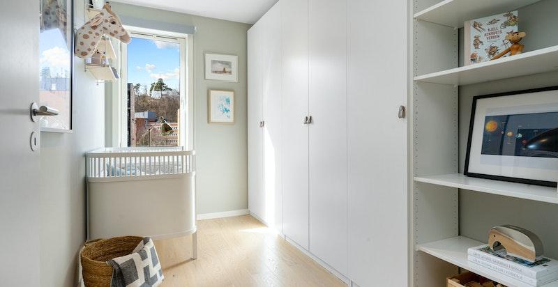 Soverom 2 - romslig med god plass til både seng og skap. Her kan man få plass til f eks hjemmekontor.