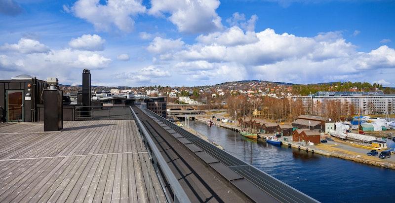 """En av Lysaker Brygges beste felles takterrasser. Fantastisk utsikt og sol """"hele dagen"""""""