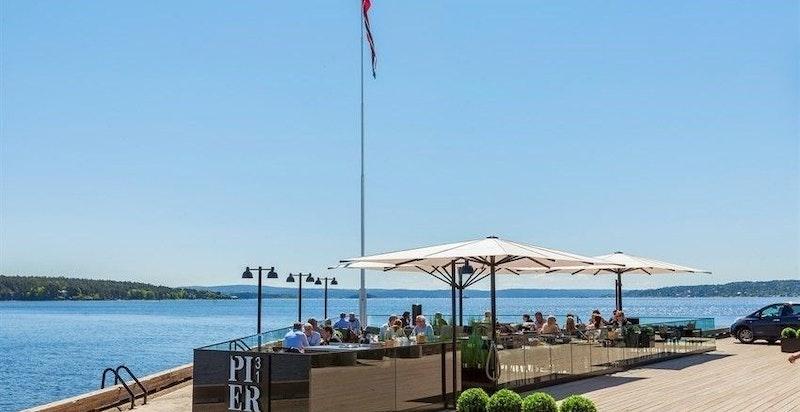 Restaurant på bryggen - her kan man spise på restaurant ved sjøen