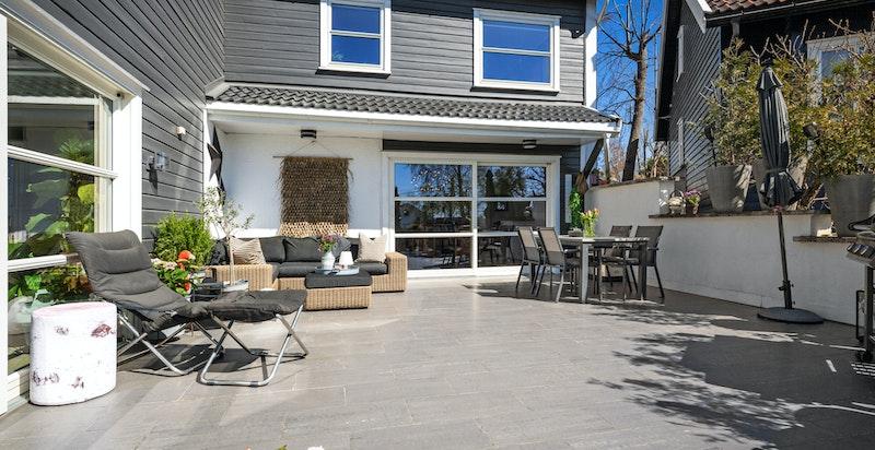 Fra stuen er det utgang til en stor og fantastisk terrasse med gode solforhold og trapp ned til en pen hage