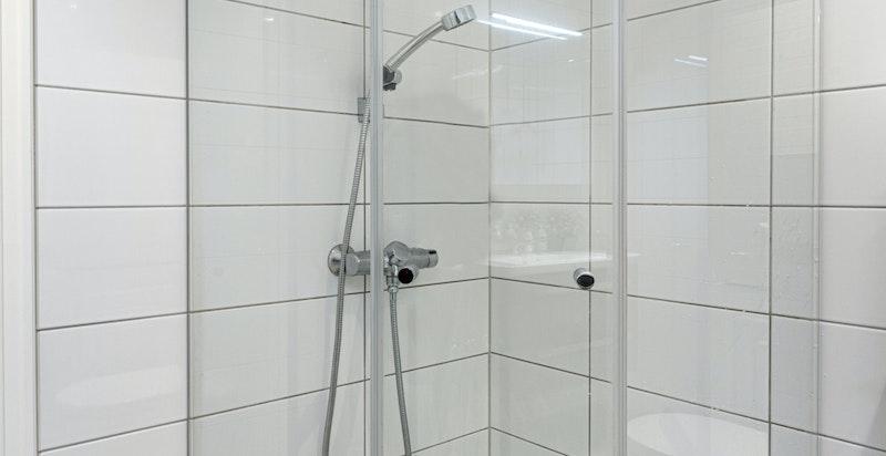 Bad med dusj i tilknytning til kjellerstue / trimrom