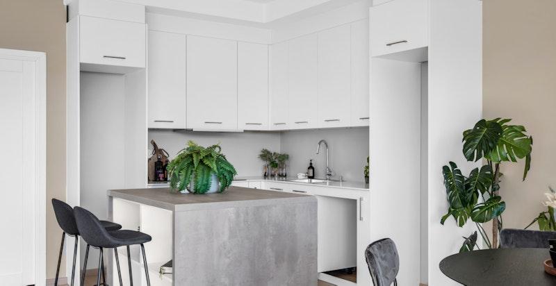 Romslig og moderne kjøkken med kjøkkenøy.