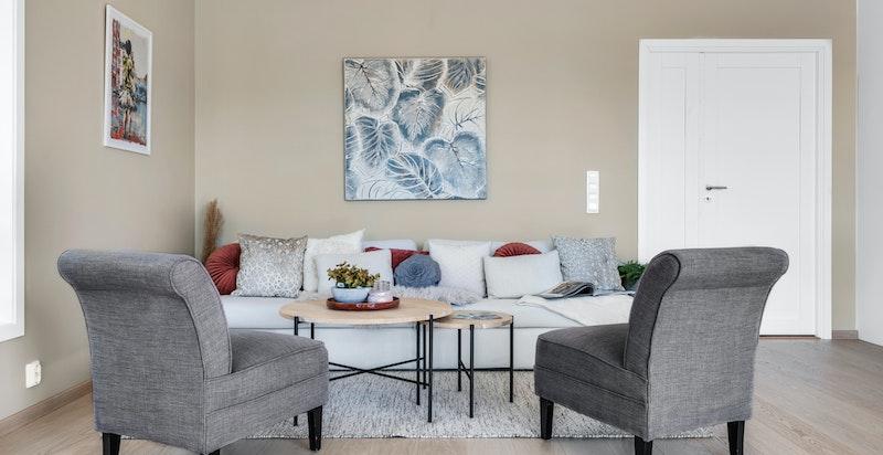 Lys og luftig oppholdssone med åpen stue- og kjøkkenløsning