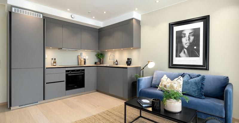 Det er balansert ventilasjon med avtrekk på kjøkken/bad samt tilluft i øvrige rom.