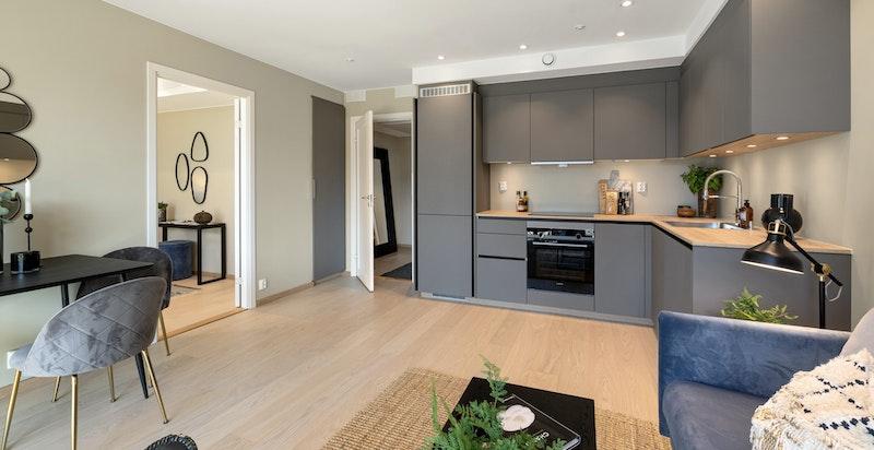 Stuen er arealeffektiv med plass til sofamøblement og spisestue.
