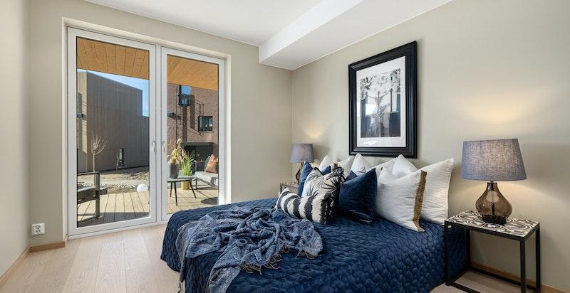 Soverommet er romslig og har 1-stavs eikeparkett på gulv samt downlightsbelysning.