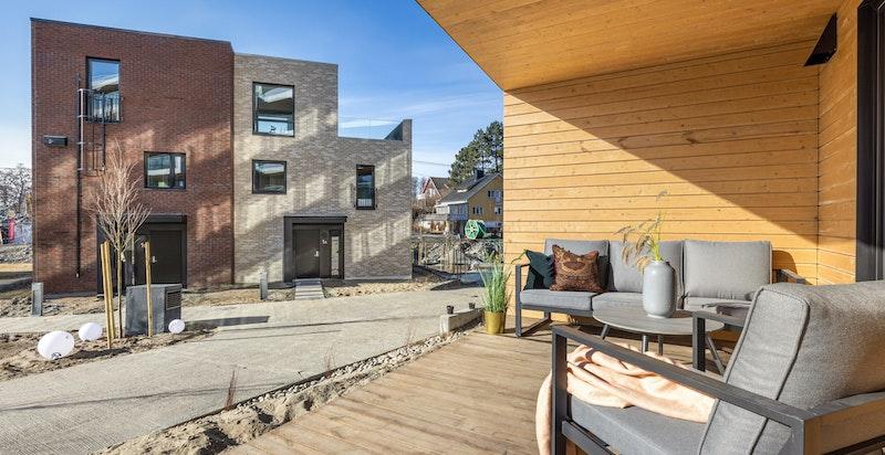 Terrassen vender ut mot fellesareal som er under opparbeidelse.