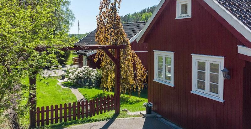 Koselig setting fra gårdsplassen (annekset til høyre i bildet)