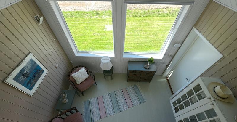 Koselig anneks med store vindusflater mot utsikten og hems-løsning