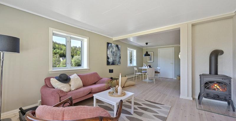 Stue med fin plass til både salong og spisebord. Peisovn som varmer godt vinterstid