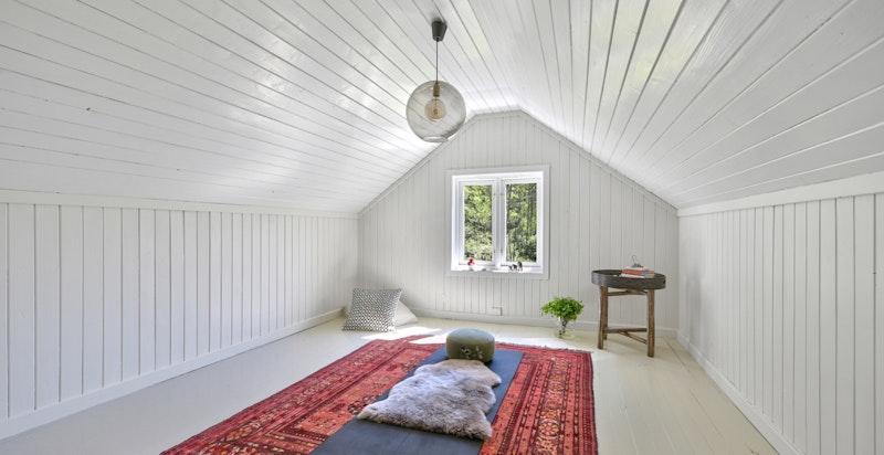 Innredet loft i hovedhuset (ikke godkjent til varig opphold, men benyttet som arbeidsrom/yoga-rom)