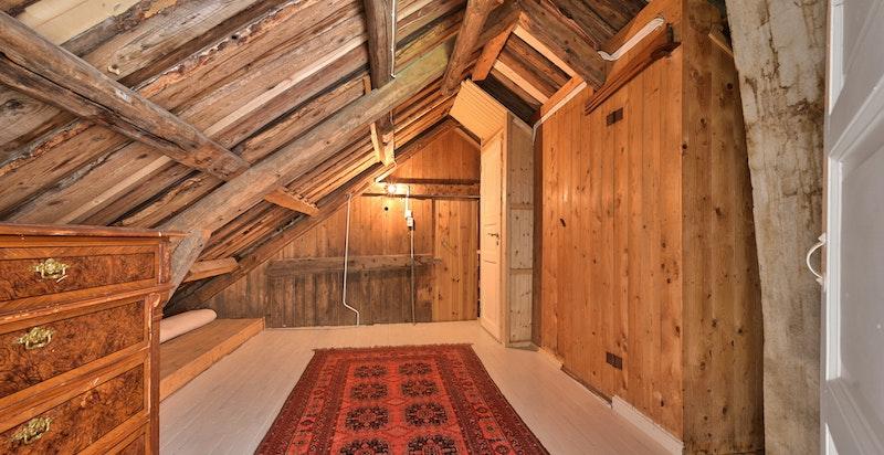 Lagringsrom på resten av loftet i hovedhuset