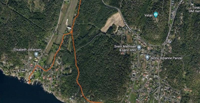 Kart med rød markert sti fra eiendommen ned til Strengsdal badestrand (sti merket til venstre på kartet) og til flotte svaberg (sti merket til høyre på kartet)