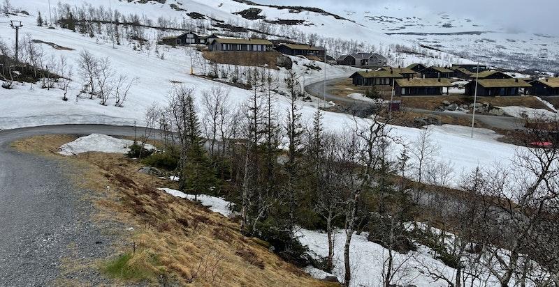 Toreskyrkjavegen 221 (tomt 39 i H28) sett fra ovensiden/syd. Alpinbakken med t-krok rett over veien, og herlig utsikt til Gaustatoppen når skyene letter