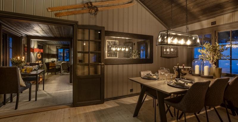 Pene fløydører med glass fra spisestuen inn mot kjøkkenet