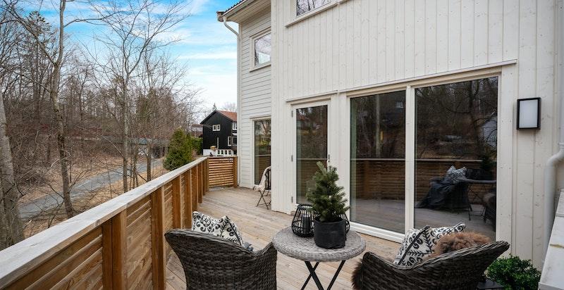 Verandaen strekker seg langs hele husets fasade på stuesiden