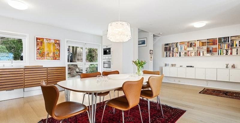 Her er det god plass til stort spisebord for de gode middagene med venner og familie.
