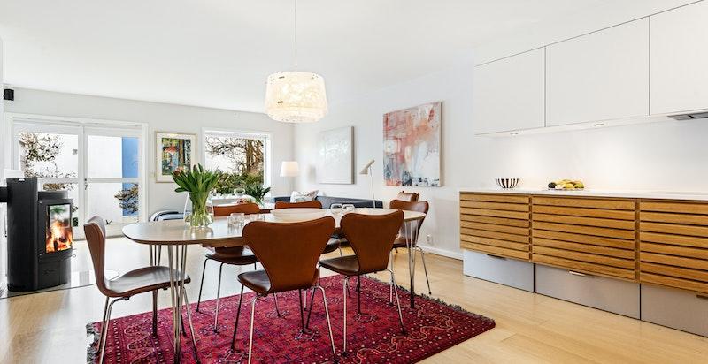 Sosial løsning hvor spisebordet kan plasseres sentralt i rommet uten å stjele for mye plass/kvm.