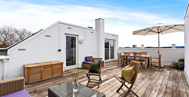 Terrassen er helt usjenert og har en fantastisk utsikt.