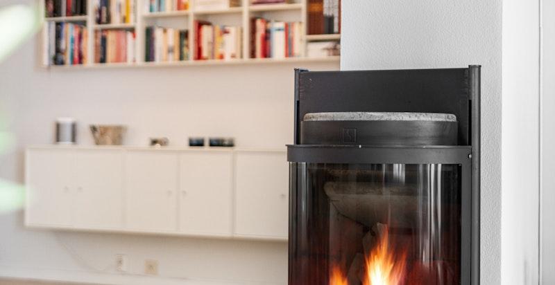 I tillegg til peisen som varmekilde i 1. etasje, er det også elektriske varmekabler i gulv.