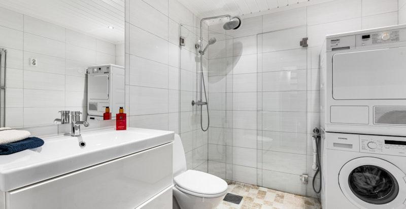 Bad med hovedkonstruksjoner fra byggeår. Overflateoppusset i ca. 2015 med nye fliser og ny baderomsinnredning.