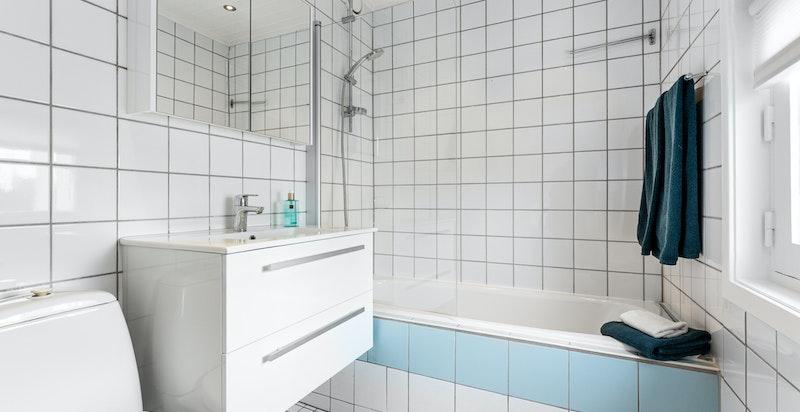 Bad med konstruksjoner fra byggeår. Ny servantinnredning, overskap, armaturer i dusj.