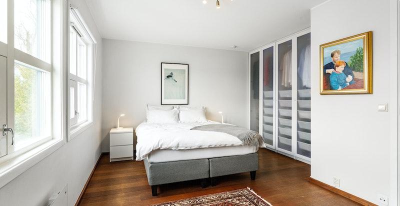 Romslig hovedsoverom med god plass til dobbeltseng og garderobeløsninger. Tilgang til privat baderom.