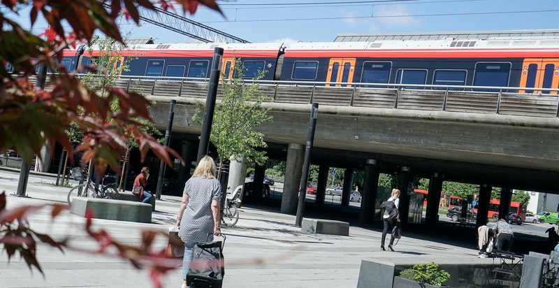 Tilgang til buss, trikk og tog/flytog. Gode offentlige transportmuligheter.