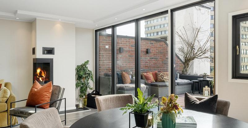 De store vindusflatene mot terrassen gjør det meget lyst og luftig